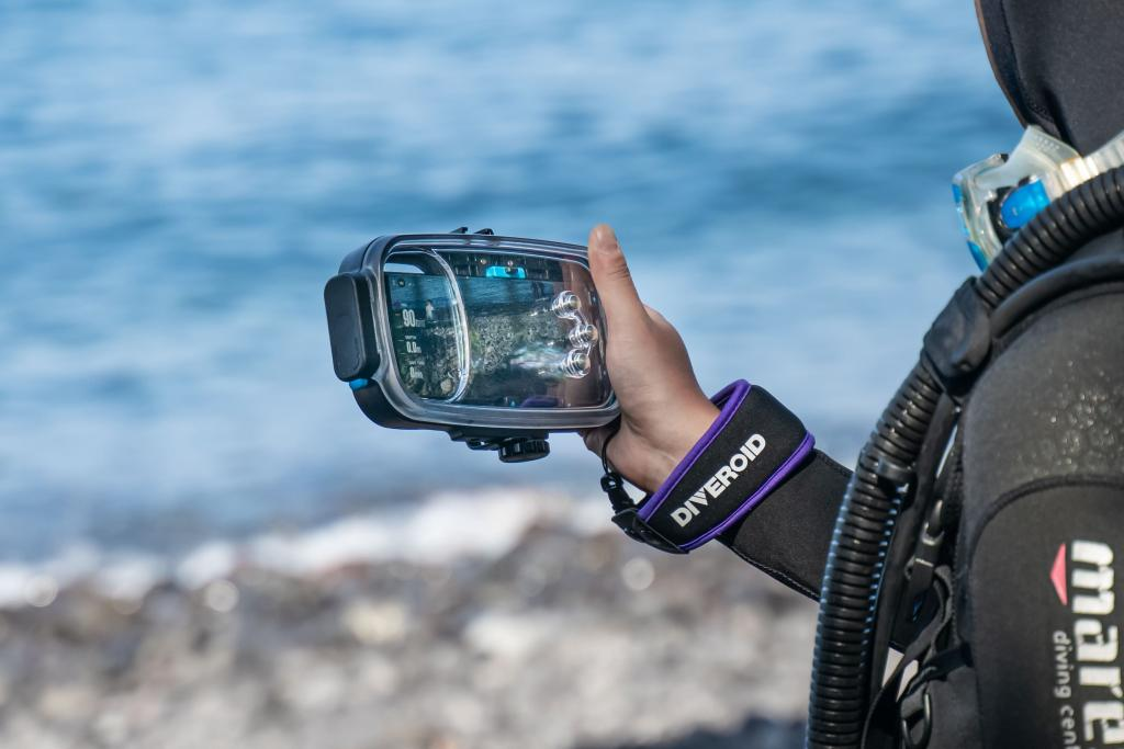 DIVEROID turns your smartphone into all-in-one dive gear
