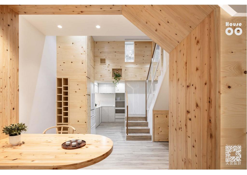 This residential house, which sits in a 6 meters narrow alley, glows with the natural light.