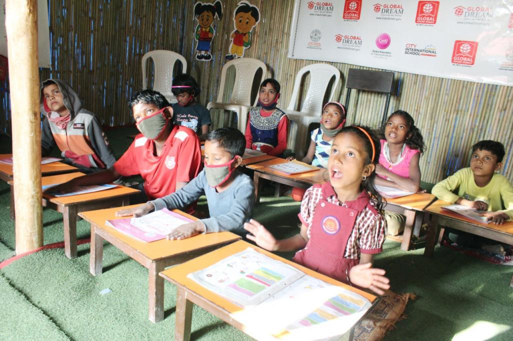 Children studying in the community lab. With the Global Dream Toolkit.